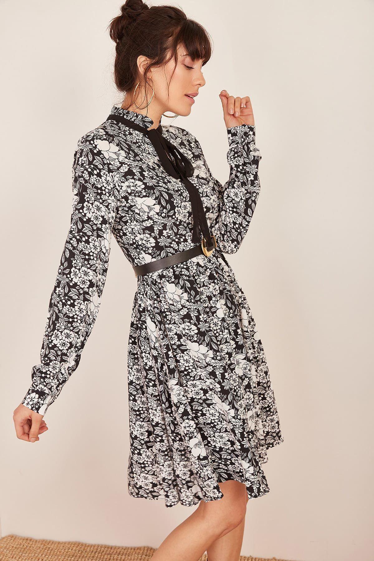 Siyah Yakası Bağlamalı Çiçek Desenli Elbise